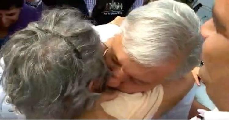 AMLO Se Comporta Cariñoso Y Comprensivo Con Anciana Que Cayó Por Querer Saludarlo