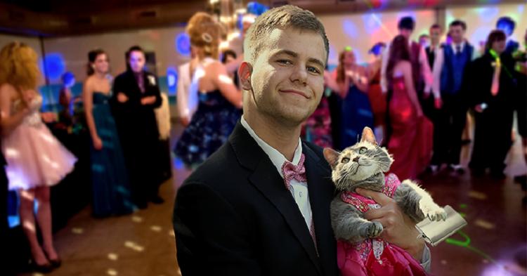 Hombre que no tenía pareja llevó a su mascota como invitada a su graduación