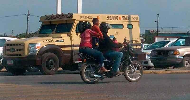 """Multarán con 2 Mil Pesos a Quines Viajen con """"Niños Sándwich"""" en Motocicleta"""