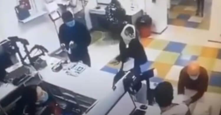 Mujer se quita la tanga para ponérsela como tapaboca en plena oficina postal