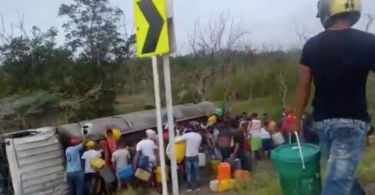 Capturan en video momento en que explota pipa de gasolina mientras la saqueaban